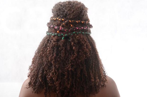 Passo a passo de penteado para cacheadas (Foto: Divulgação/Beleza Natural)