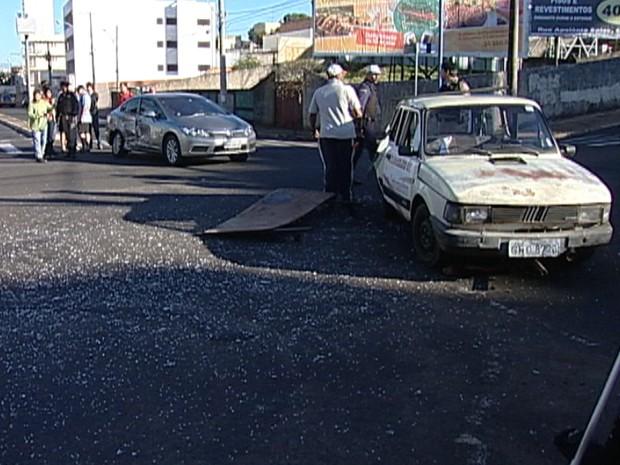 Acidente envolvendo dois veículos em Uberaba (Foto: Reprodução/TV Integração)