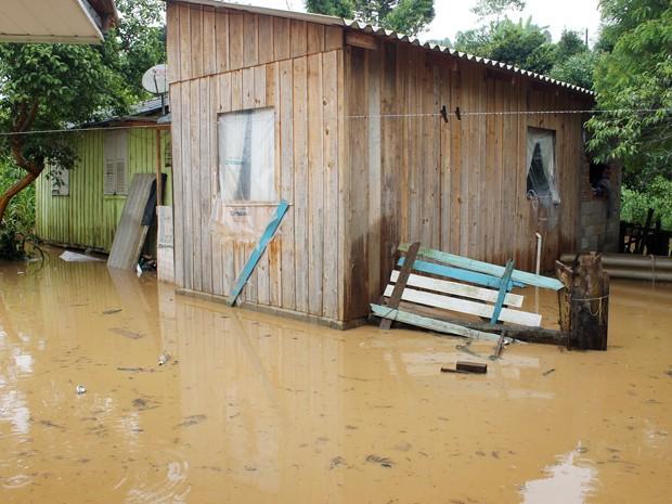 Água invadiu as casas em Apiaí (Foto: Michela Barra/Arquivo Pessoal)