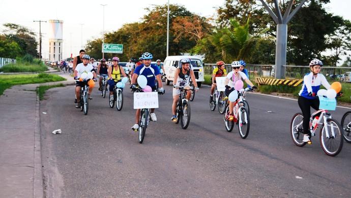 Grupo de ciclistas protesta em rodovia do Amapá (Foto: Jonhwene Silva/GE-AP)
