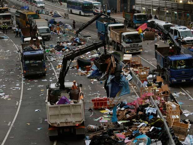 Acampamento sendo desmontado e removido em Hong Kong. (Foto: Bobby Yip / Reuters)