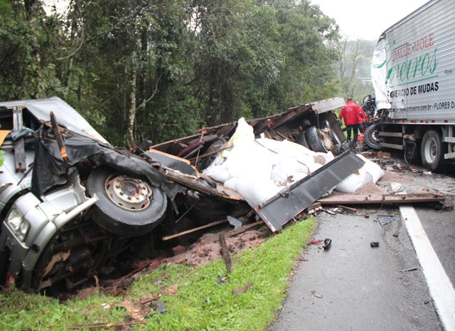 Acidentes entre caminhões deixa uma vítima no RS (Foto: Ronei Marcílio/Rádio Solaris)