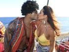 Scheila Carvalho beija o marido Tonny Salles em cima de trio na Bahia