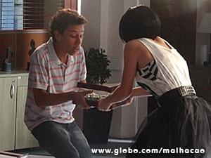 Paulino tenta tirar as bolinhas das mãos de Giovana (Foto: Malhação / TV Globo)