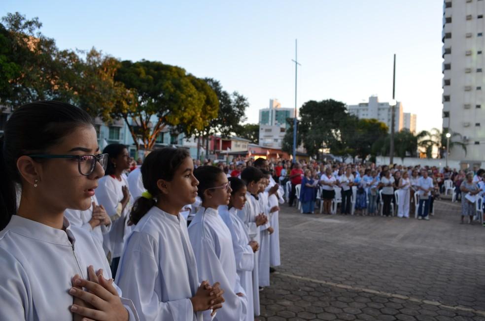 Fiéis de todas as idades participaram da missa em Porto Velho (Foto: Jheniffer Núbia/G1)