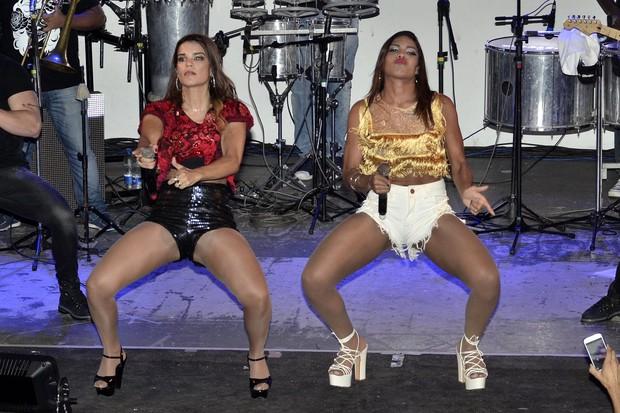 Mari Antunes e Tays Vingadora em show na Zona Norte do Rio (Foto: Roberto Teixeira/ EGO)