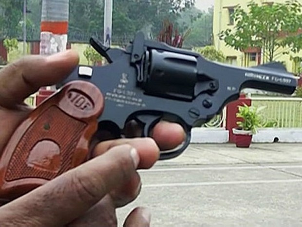 Fabricantes alegam que arma calibre 32 é leve e cabe em bolsas de mulheres (Foto: BBC)