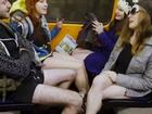Passageiros viajam sem calças nos metrôs em várias cidades pelo mundo