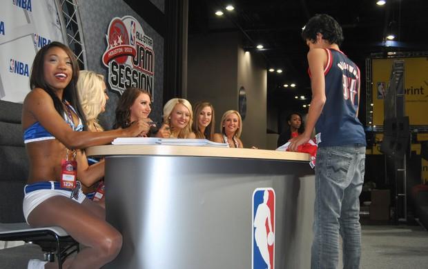 cheerleaders distribuem autógrafos no all star game houston (Foto: João Gabriel Rodrigues)