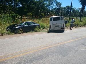 Kombi foi atingida na traseira e depois invadiu pista contrária (Foto: PRF/Divulgação)