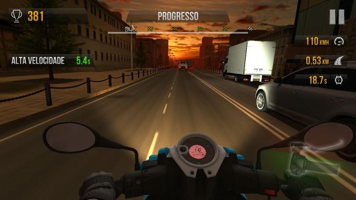 Ultrapassar e empinar a moto garante bônus e mais dinheiro (Foto: Reprodução/Tais Carvalho)
