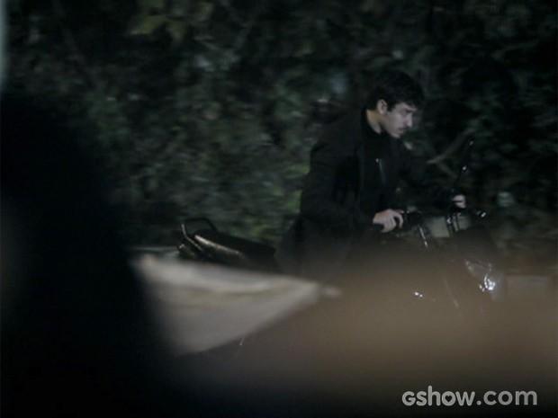 Alain, vivido por Jesuita Barbosa, rouba moto e foge (Foto: O Rebu / TV Globo)