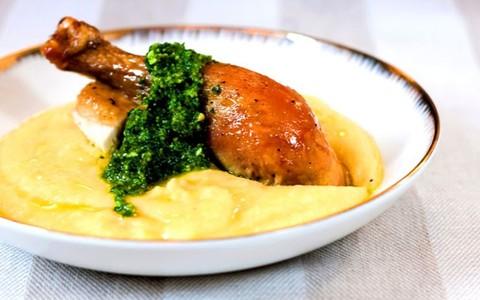 Frango assado com polenta mole e pesto brasileiro