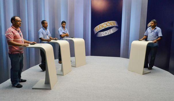 Funcionários da TV Sergipe realizam os últimos testes no estúdio do debate (Foto: Divulgação / TV Sergipe)