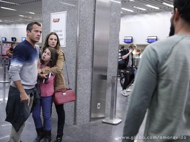 Bruno e Paloma gelam ao ver Ninho e Alejandra (Foto: Amor à Vida/ TV Globo)