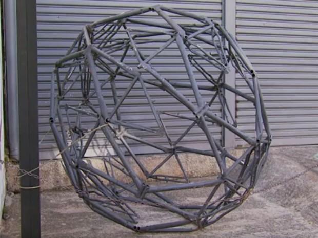 Globo feito com quadros de bicicleta foi arrancado de escultura no Centro de Itajubá, MG, na sexta-feira (10) (Foto: Reprodução EPTV/Tarciso Silva)