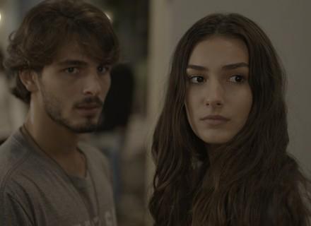 Luciana flagra Flávia beijando Rodrigo