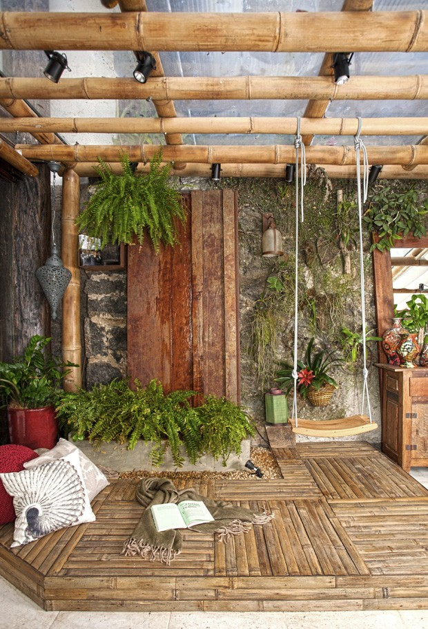 Décor do dia: jardim com balanço e móveis de madeira (Foto: divulgação)