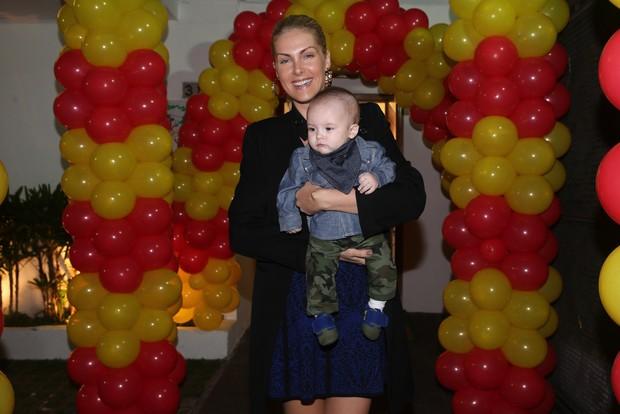 Ana Hickmann e o filho (Foto: Manuela Scarpa e Marcos Ribas/Photo Rio News)