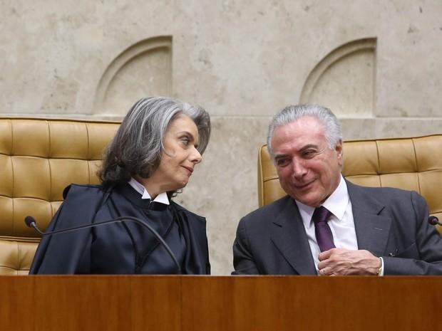 A ministra Cármen Lúcia conversa com o presidente Michel Temer durante a cerimônia de sua posse na presidência do Supremo Tribunal Federal (STF), no plenário da Corte, em Brasília (Foto: André Dusek/Estadão Conteúdo)
