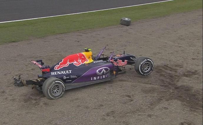 RBR de Daniil Kvyat ficou em pedaços após forte acidente em treino classificatório em Suzuka - GP do Japão (Foto: Reprodução)