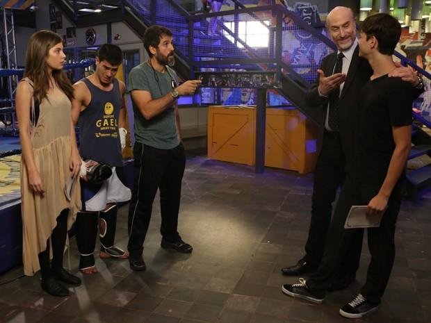 Heideguer revela a Gael, Duca e Bianca que é pai de Henrique (Foto: Pedro Curi/Gshow)