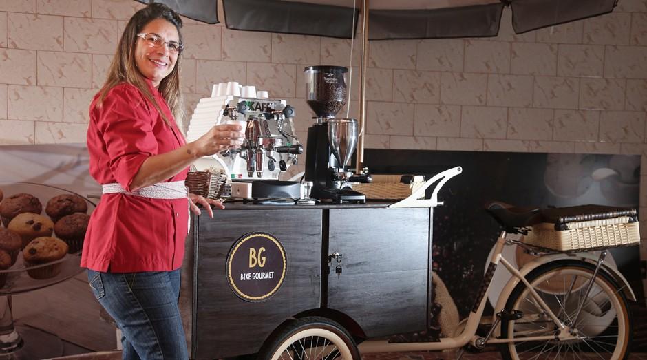 Cláudia Silva, de 50 anos, participa de eventos empresariais e ganha de R$ 1.500 a R$ 3.500 (Foto: Roberto Moreyra)