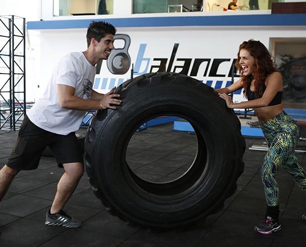 Xô Pneuzinho! Atriz brinca durante exercío ao lado do treinador (Foto: Artur Meninea/ TV Globo)