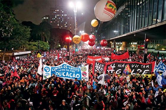 esquerda Manifestação organizada por centrais sindicais na quinta-feira, dia 20, em São Paulo. Eles defendem as políticas sociais (Foto: Daniel Teixeira/Estadão Conteúdo )