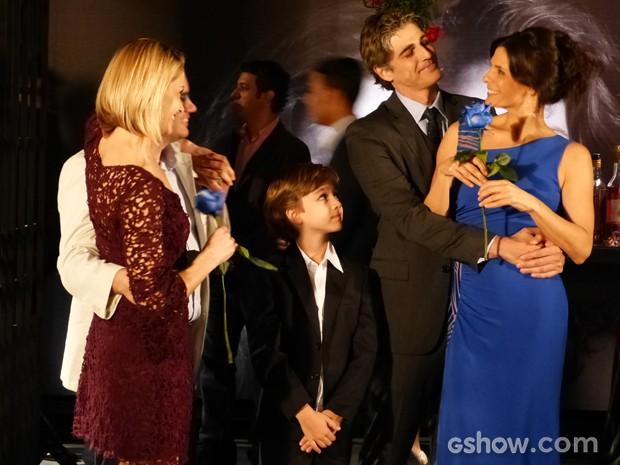 Silvia e Verônica comemoram com Cadu e Felipe (Foto: Em Família / TV Globo)