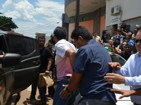 Delegado que atirou no colega de profissão foi preso em flagrante e levado à delegacia de homicídios para prestar depoimento (Foto: Hosana Morais/G1)