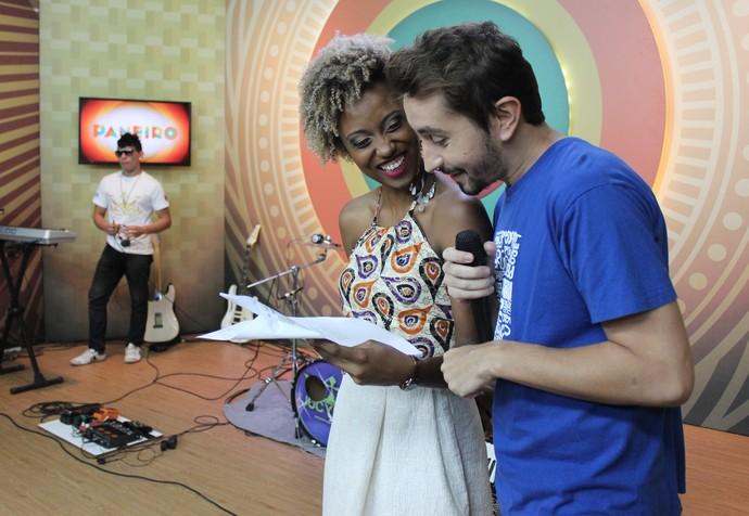 Jaque Santtos e Moacyr Massulo se divertem decorando texto para gravar (Foto: Katiúscia Monteiro/ Rede Amazônica)