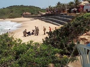 Corpos de mãe e bebê foram resgatados na Praia da Baleia, em Rio das Ostras. (Foto: Divulgação/ Cidadão Riostrense)