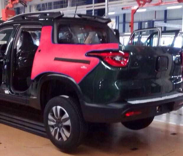 Picape Fiat é fotografada dentro da linha de produção (Foto: Reprodução Whatsapp)