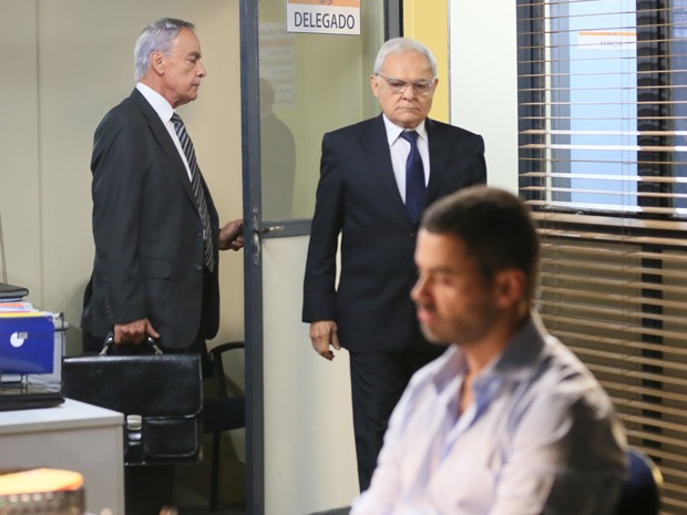 Silviano chega na delegacia para ver o filho (Foto: Isabella Pinheiro/ Gshow)