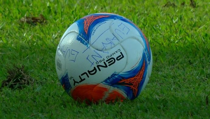 Bola do jogo entre Guarani-MG e Atlético-MG (Foto: Reprodução / TV Globo Minas)