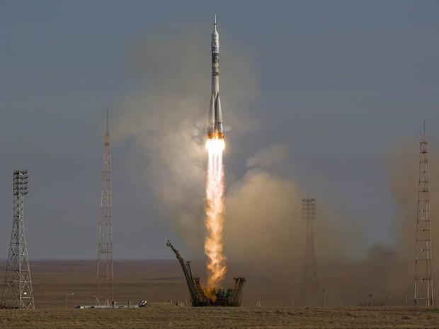A espaçonave Soyuz TMA-11M decola do cosmódromo de Baikonur, no Cazaquistão. (Foto: Shamil Zhumatov/Reuters)