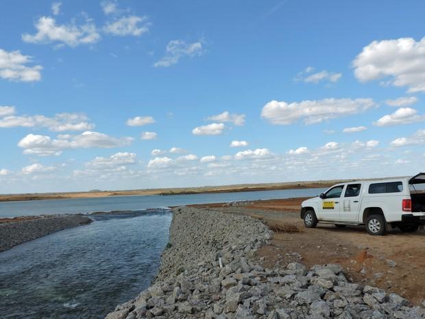 Água percorre 25 quilômetros até a Barragem de Areias (Foto: Katherine Coutinho / G1)