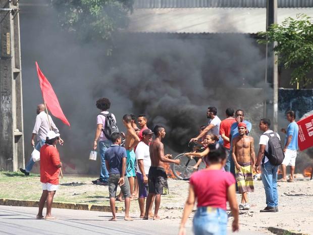 Grupo protestou em trecho próximo à Ponte Motocolombó, no bairro da Imbiribeira (Foto: Marlon Costa/Pernambuco Press)