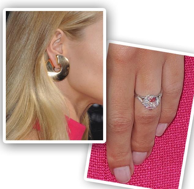 Além de ostentar seu anel de noivado (de mais de R$ 1,4 milhão), Rosie optou por brinco de ouro amarelo fosco (Foto: Getty Images)