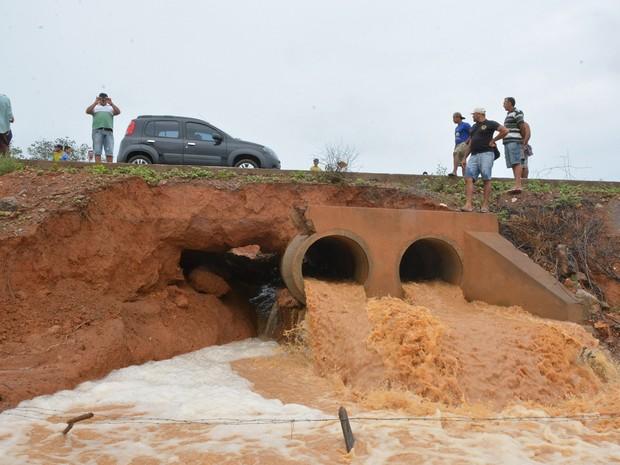 As chuvas registradas nos últimos dias danificaram o trecho da PE 625 (Foto: Gerisvan Tavares / Arquivo Pessoal)