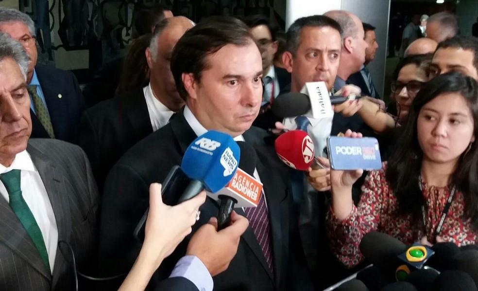 O presidente da Câmara, Rodrigo Maia (DEM-RJ), durante entrevista coletiva nesta quarta (24) (Foto: Bernardo Caram/G1)