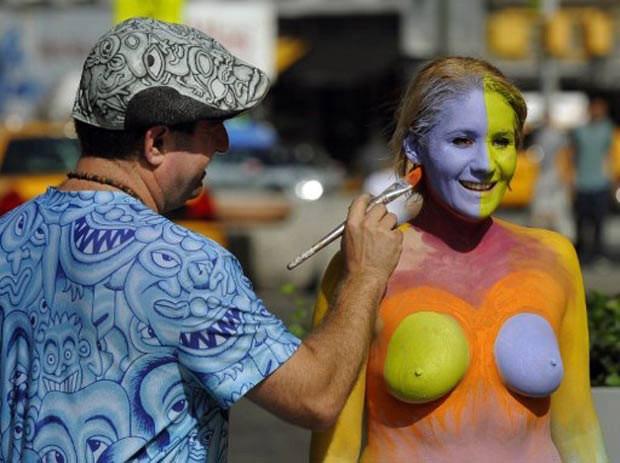 Artista plástico faz pintura corporal em modelo em 11 de outubro de 2011 em Nova Yor (Foto: Thimoty A. Clary/AFP)