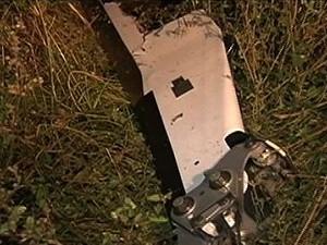 Hélice do helicóptero é encontrada perto de lago (Foto: Reprodução/TV Anhanguera)