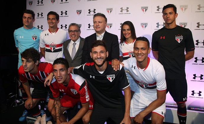 São-paulinos mostram novos uniformes do clube (Foto: Rubens Chiri / saopaulofc.net)