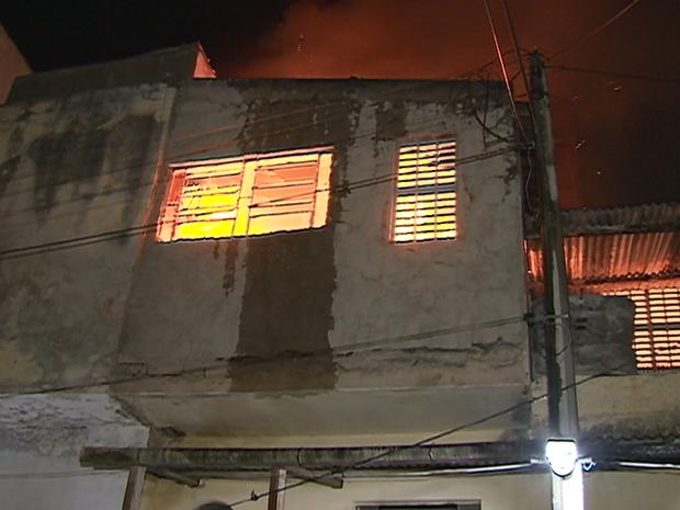 Incêndio atinge casa na Rua Nunes Machado, no Centro de Caruaru, Agreste de Pernambuco (Foto: Reprodução/ TV Asa Branca)