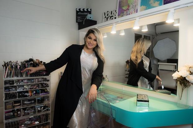 Alice Salazar, youtuber de beleza, afirma que a penteadeira é o seu cantinho favorito. Não é para menos, é ali que ela grava seus vídeos e se arruma todos os dias (Foto: Divulgação)