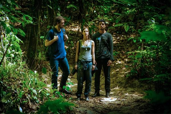"""Paulinha ( Christiana Ubach ) e Marlon ( Rodrigo Simas ) são conduzidos por Assis ( Ravel Cabral ), guia do """"Grupo"""" (Foto: Globo/Alex Carvalho )"""