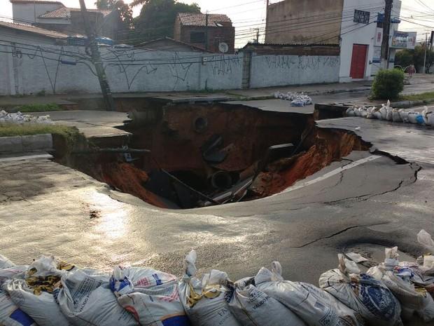 Cratera se abriu no início da avenida João Medeiros Filho, Zona Norte de Natal (Foto: Ítalo Di Lucena/Inter TV Cabugi)