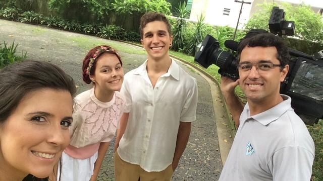 A repórter Cristiane Amaral e o cinegrafista Luis Paes com o casal Pedro Cavaco Guido e Sarah Correia do Santos que fez a dramaturgia (Foto: Cristiane Amaral)